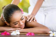 Женщина имея массаж в салоне спы Стоковое Изображение RF