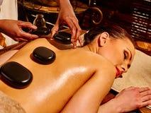 Женщина имея массаж камня Ayurvedic Стоковые Изображения
