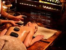 Женщина имея массаж камня Ayurvedic Стоковое Изображение RF