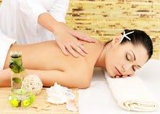 Женщина имея массаж тела в салоне спы Стоковая Фотография RF