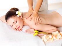 Женщина имея массаж тела в салоне спы Стоковое фото RF