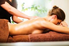 Женщина имея массаж стоковая фотография rf