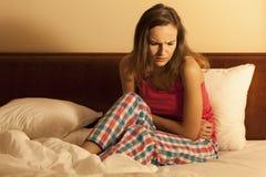 Женщина имея менструальную боль Стоковая Фотография RF