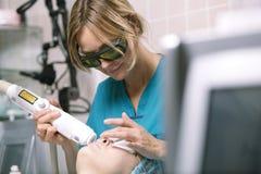Женщина имея обработку кожи лазера стоковое изображение