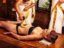 Женщина имея обработку спы Ayurvedic Стоковые Изображения RF