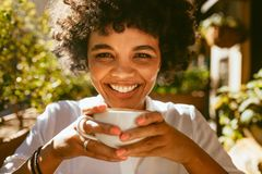 Женщина имея освежая кофе стоковые фото