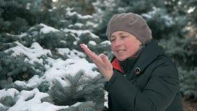 Женщина имея потеху в лесе, красивый ландшафт зимы со снежными елями акции видеоматериалы