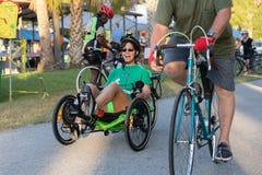 Женщина имея потеху на ее recumbent велосипеде стоковые фото