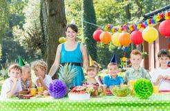 Женщина имея потеху с детьми стоковая фотография rf
