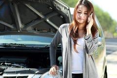Женщина имея проблему с ее автомобилем стоковая фотография rf