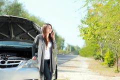 Женщина имея проблему с ее автомобилем стоковые фотографии rf