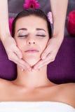 Женщина имея расслабляющий лицевой массаж Стоковая Фотография RF