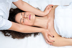 Женщина имея регулировку шеи cyropractick стоковые фотографии rf