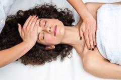 Женщина имея регулировку шеи cyropractick стоковые изображения rf