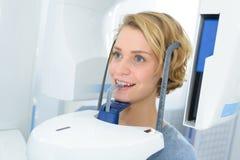 Женщина имея рентгеновский снимок на рте Стоковое Изображение RF