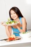 Женщина имея салат Стоковое Изображение