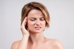 Женщина имея сильную мигрень головной боли Стоковое Изображение RF
