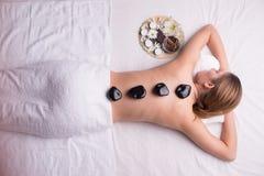 Женщина имея терапию lastone на спа-центре стоковые изображения