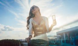 Женщина имея шампанское на партии лета стоковая фотография