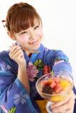 Женщина имея японский традиционный десерт Стоковая Фотография RF
