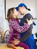 Женщина имея flirt с водопроводчиком стоковое фото rf