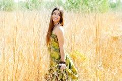 женщина индейца поля золотистая outdoors гуляя Стоковая Фотография