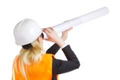 Женщина инженера с чертежом Стоковые Изображения RF