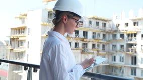 Женщина инженера с шлемом и таблеткой акции видеоматериалы
