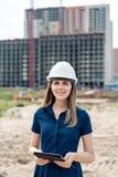 женщина инженер по строительству и монтажу Архитектор с планшетом на строительной площадке Взгляд молодой женщины в камере стоковая фотография