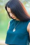 Женщина длинных волос красивая с роскошным ожерельем ювелирных изделий на шеи Стоковые Фотографии RF
