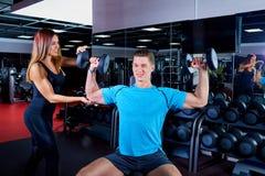 Женщина инструктора фитнеса работая с его клиентом на спортзале Стоковое фото RF