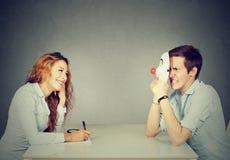 Женщина интервьюируя новый выбранный для работы, обманщика человека пряча его реальную личность Стоковые Изображения