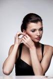 женщина исключительных ювелирных изделий предпосылки естественная Стоковое Фото