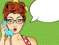 Женщина искусства шипучки беседуя на ретро телефоне Шуточная женщина с речью Стоковые Изображения RF