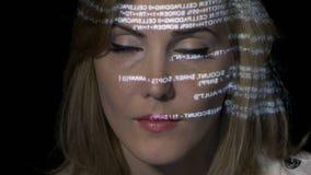 Женщина искусственного интеллекта ИТ Ai программируя бинарный код на футуристическом голографическом дисплее отразила на ее сторо сток-видео