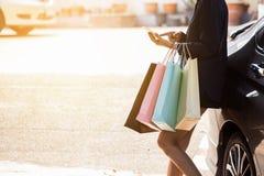 Женщина использует умный телефон после ходить по магазинам в моле стоковые изображения rf