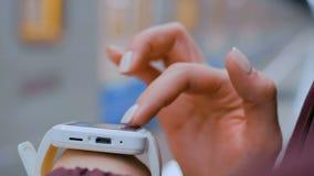 Женщина используя белый умный дозор на платформе метро сток-видео