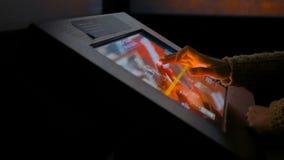 Женщина используя взаимодействующий дисплей сенсорного экрана стоковые фотографии rf