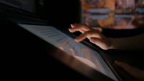 Женщина используя взаимодействующий дисплей сенсорного экрана на музее современной истории