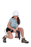 Женщина используя електричюеский инструмент Стоковые Фотографии RF