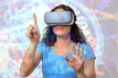 Женщина используя изумленные взгляды 3D, указывая с пальцем стоковое фото rf