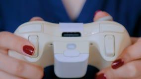 Женщина используя кнюппель или gamepad сток-видео