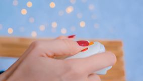 Женщина используя кнюппель или gamepad стоковая фотография rf