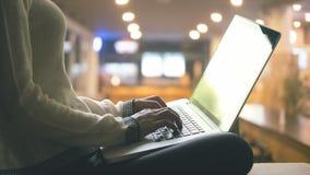 Женщина используя компьтер-книжку в домашнем офисе на nighttime Стоковые Фото