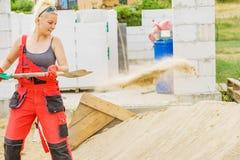 Женщина используя лопаткоулавливатель на месте сужения стоковое изображение rf