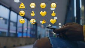 Женщина используя мобильный телефон и различное emoji сток-видео
