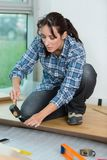 Женщина используя молоток и зубило стоковая фотография