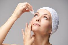Женщина используя падения глаза Обработка медицины Проблема Eyecare человеческая Капельница Ophtalmology стоковые изображения rf