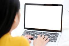 Женщина используя портативный компьютер с пустым экраном для насмешки вверх по templa Стоковое фото RF