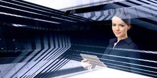 Женщина используя прибор таблетки стоковые изображения